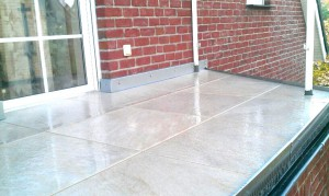 großformatige Terrassenplatte aus Ton auf Stelzlagern