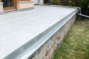 Terrassenplatten aus Beton mit geschliffener Oberfläche auf Stelzlagern