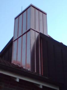 Kupferstehfalzdeckung am Schornstein